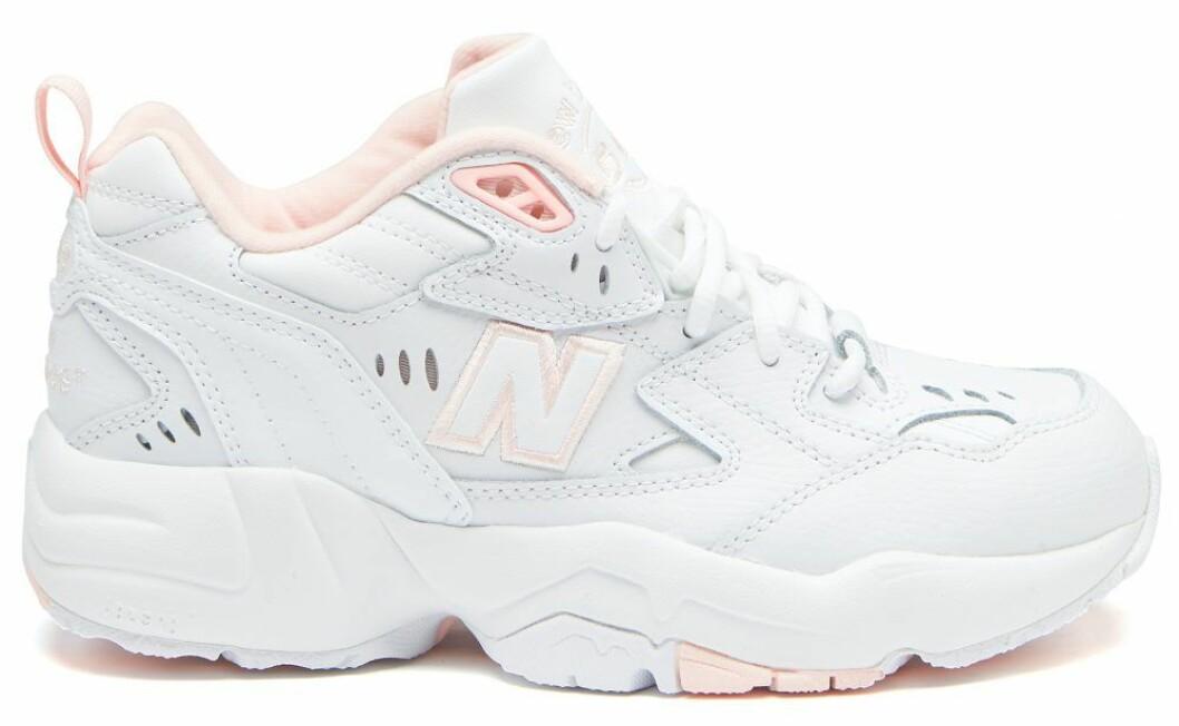 Sneakers i en kombination av rosa och vitt från New Balance