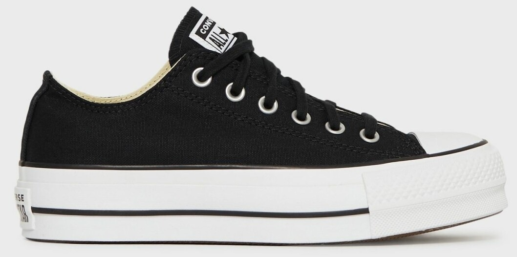 Enkla svarta Converse i låg modell men med hög platåsula