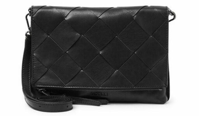 svart flätad väska