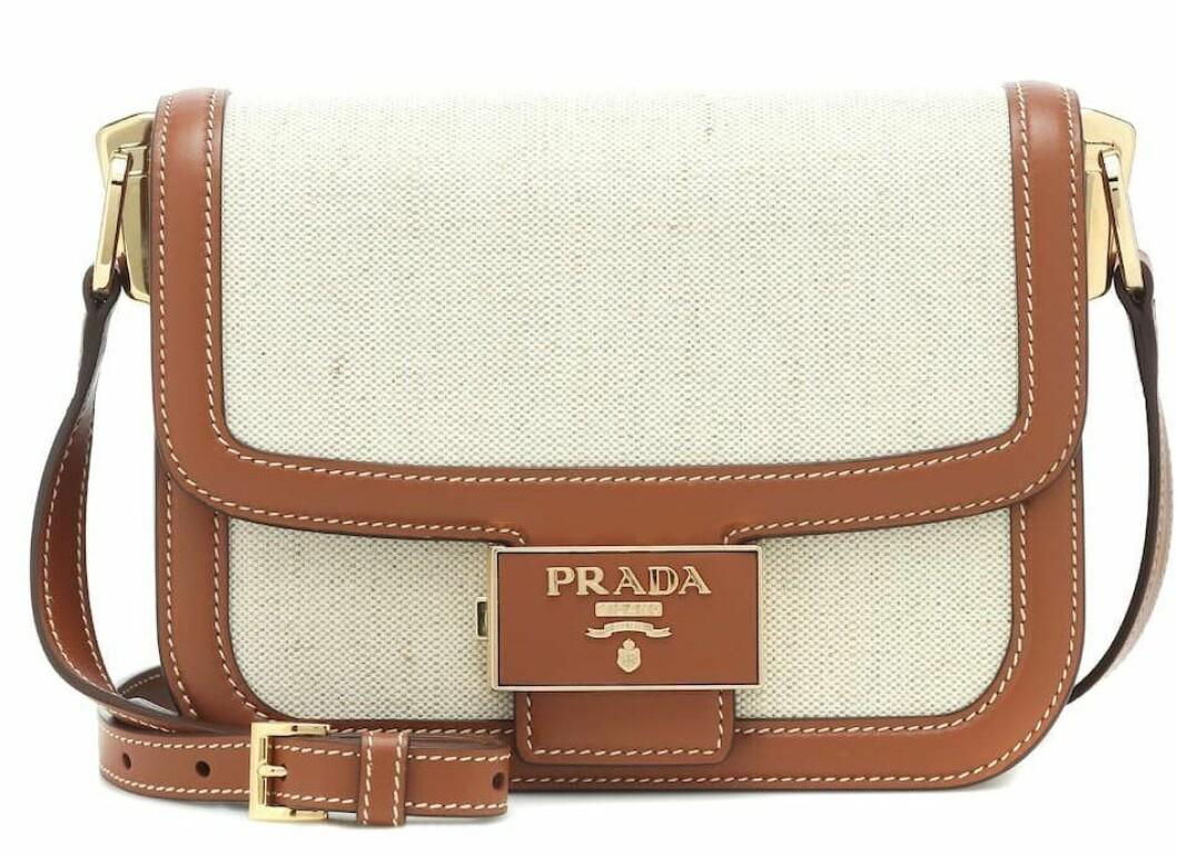 Beige väska från Prada med bruna läderdetaljer.