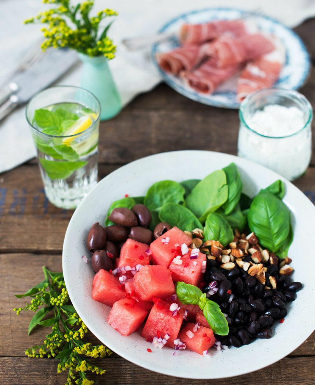 Vattenmelon med parmaskinka, bönor och rostade mandlar.