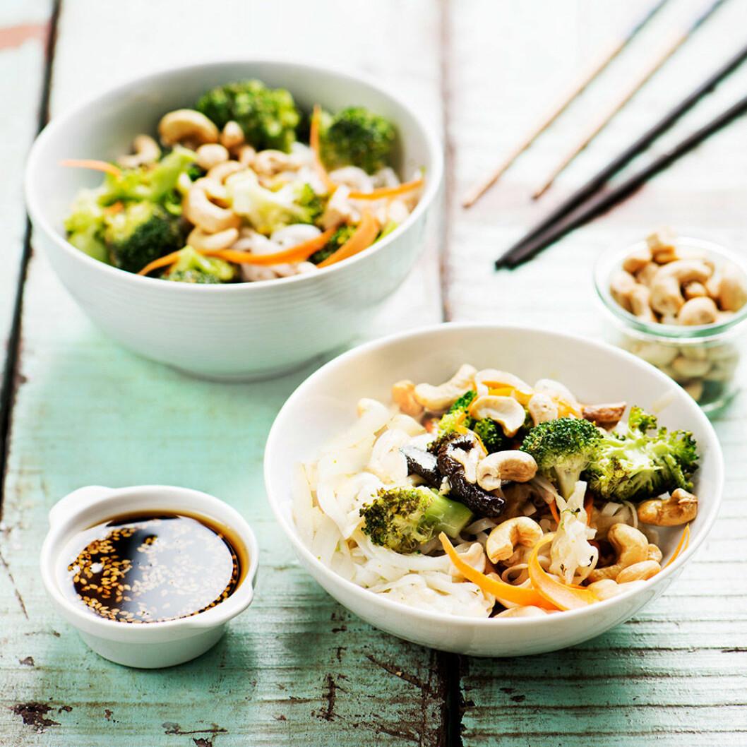 Nudlar med broccoli, cashewnötter och shiitake.