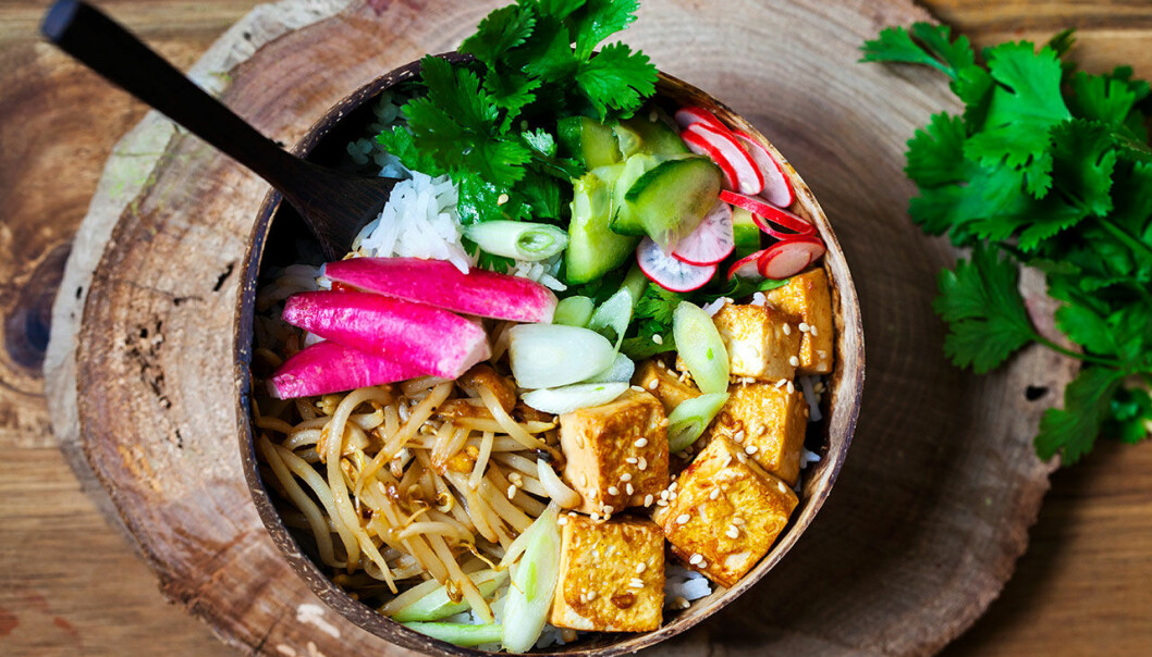 Vegansk bowl med tofu, ris och picklade grönsaker.