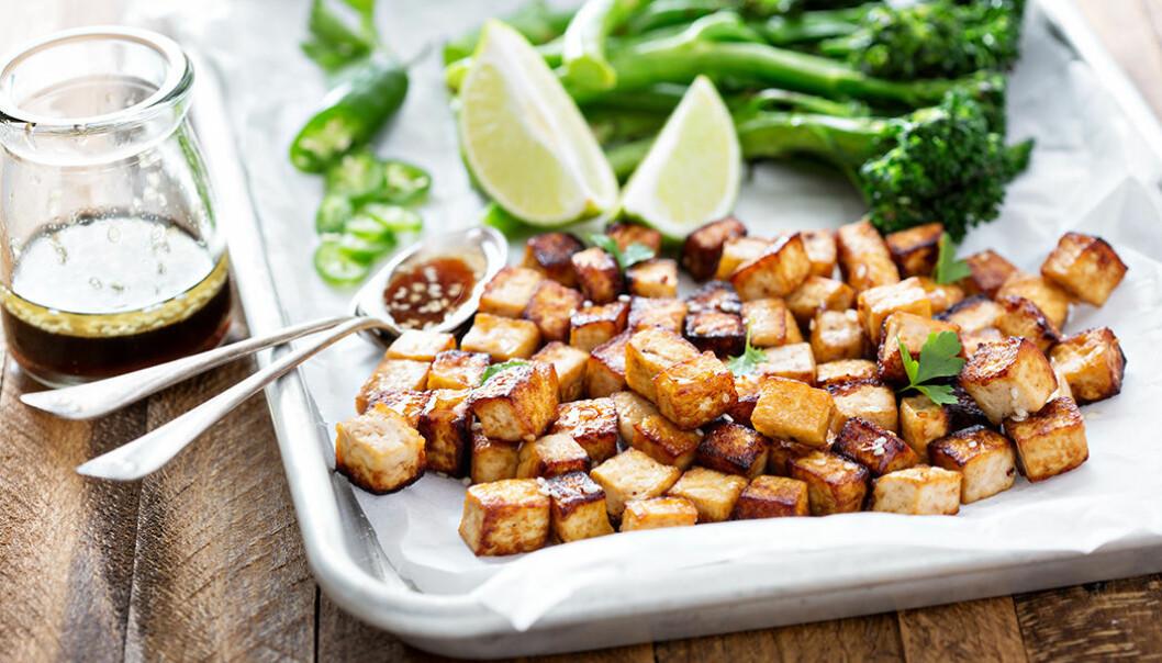 Marinerad tofu med sesamfrön och grönsaker.