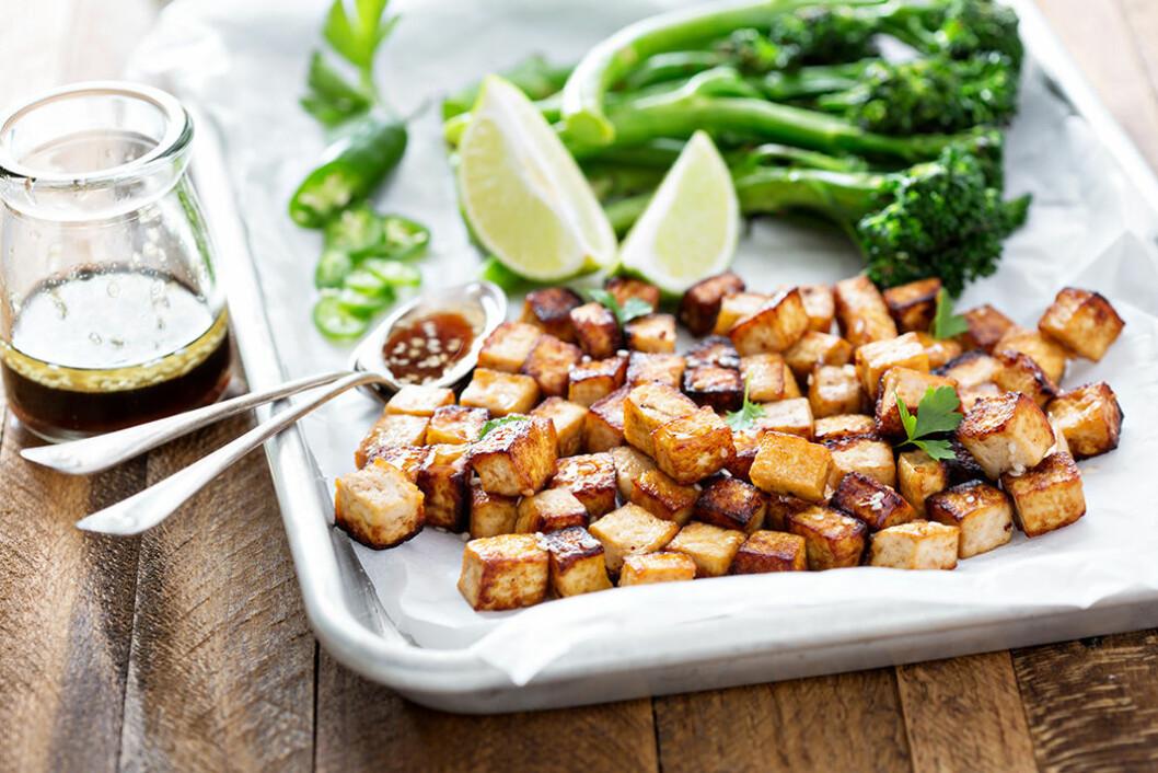 Marinerad tofu med sesamfrön och grönsaker. Foto: IBL