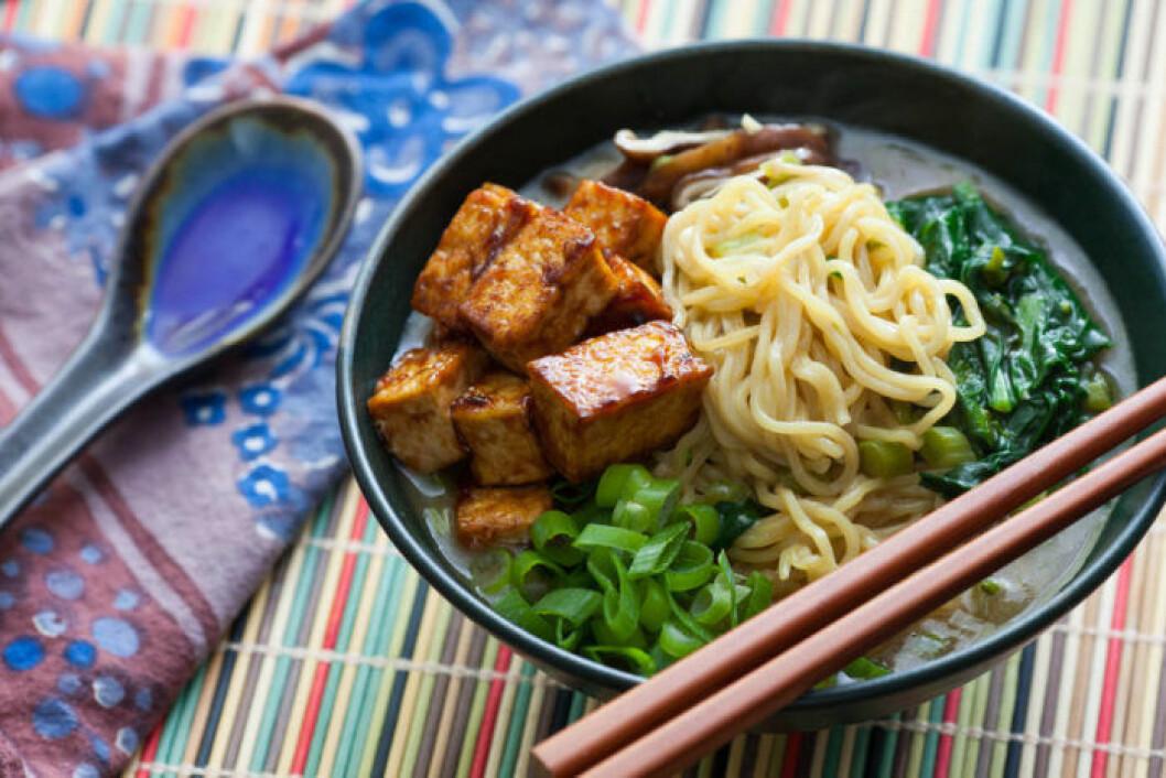 Miso och shiitake ramen med hoisinglaserad tofu.