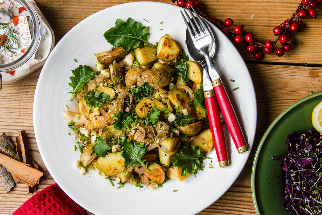 Janssons frestelse med rostad potatis med lök, krutonger och grönkål.
