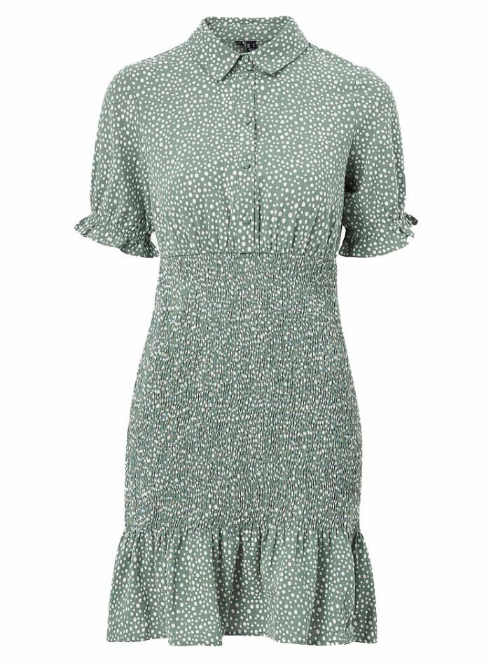 grön smockad klänning