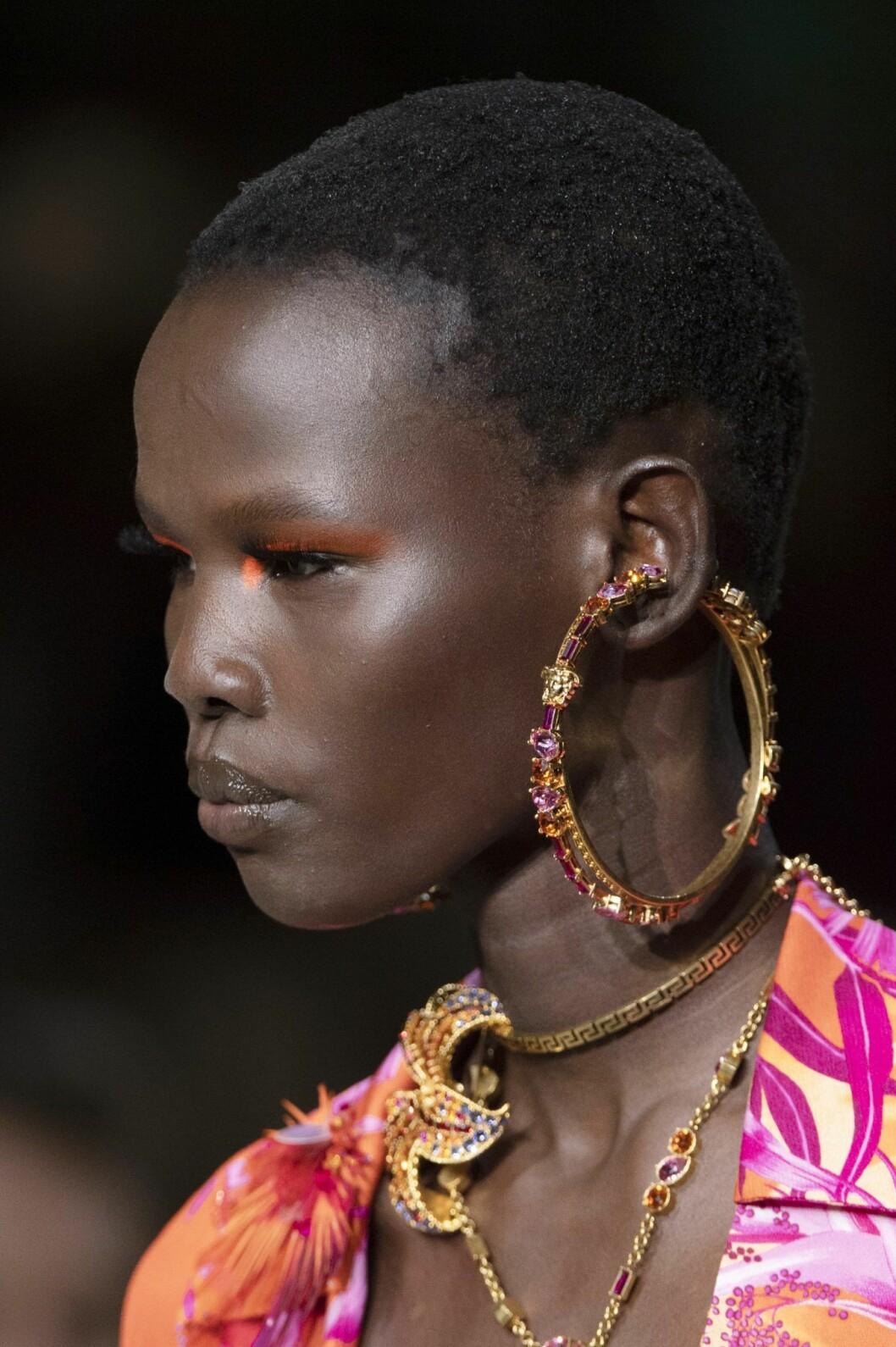Versace bjöd på en av vårens hetaste accessoartrender. Hoops är tillbaka.