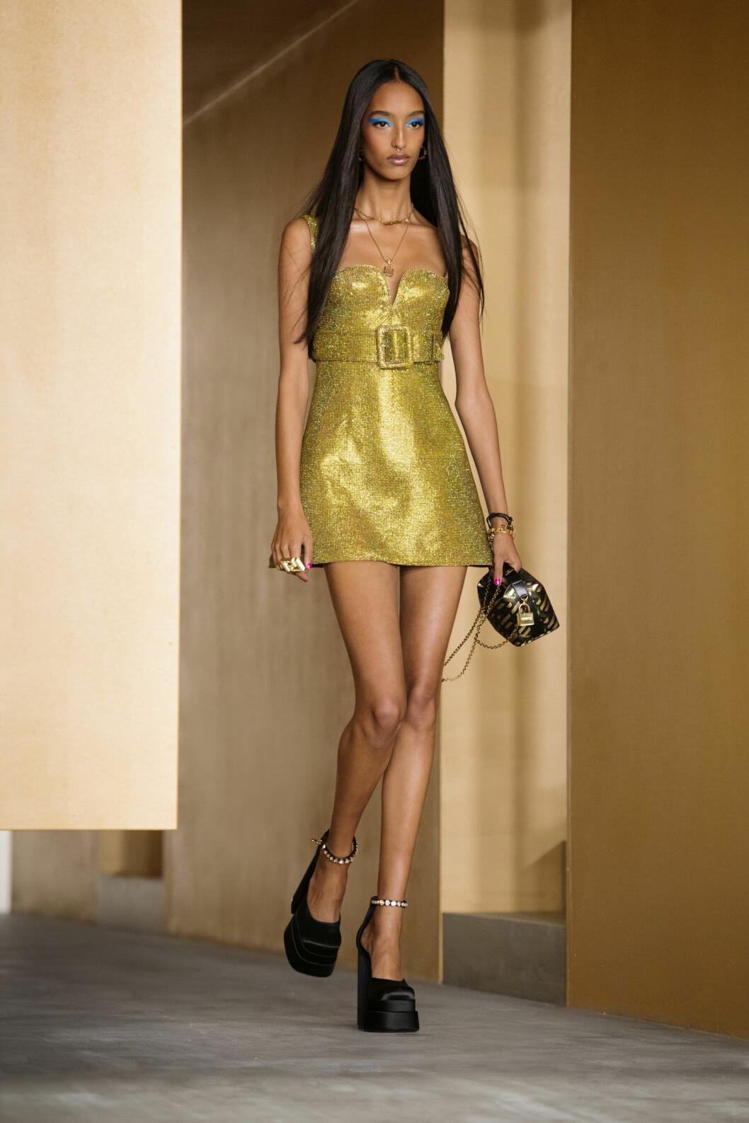 kort guldig klänning från Versace