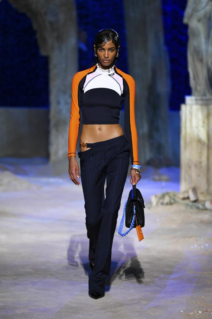 Låga byxor på Versace 2021 vårmode