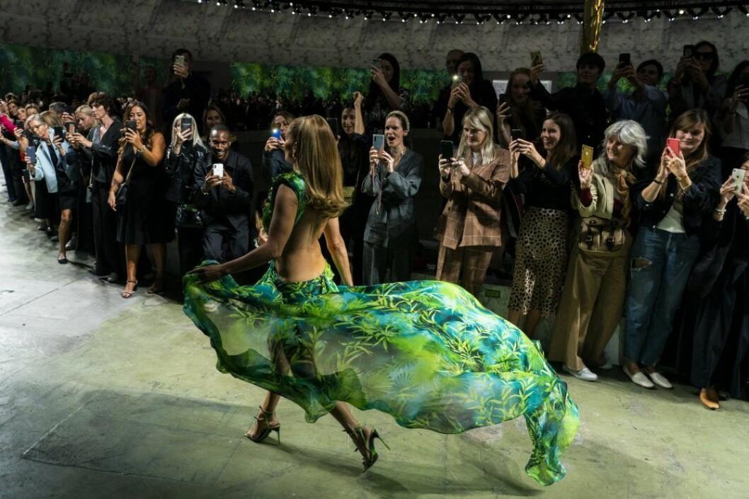J.Lo på catwalken för Versace SS20.