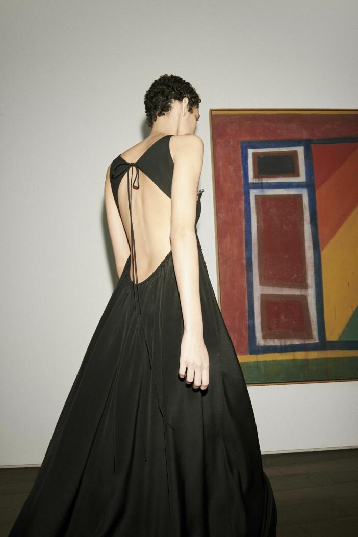 svart Victoria Beckham klänning med bar rygg vårmode 2021