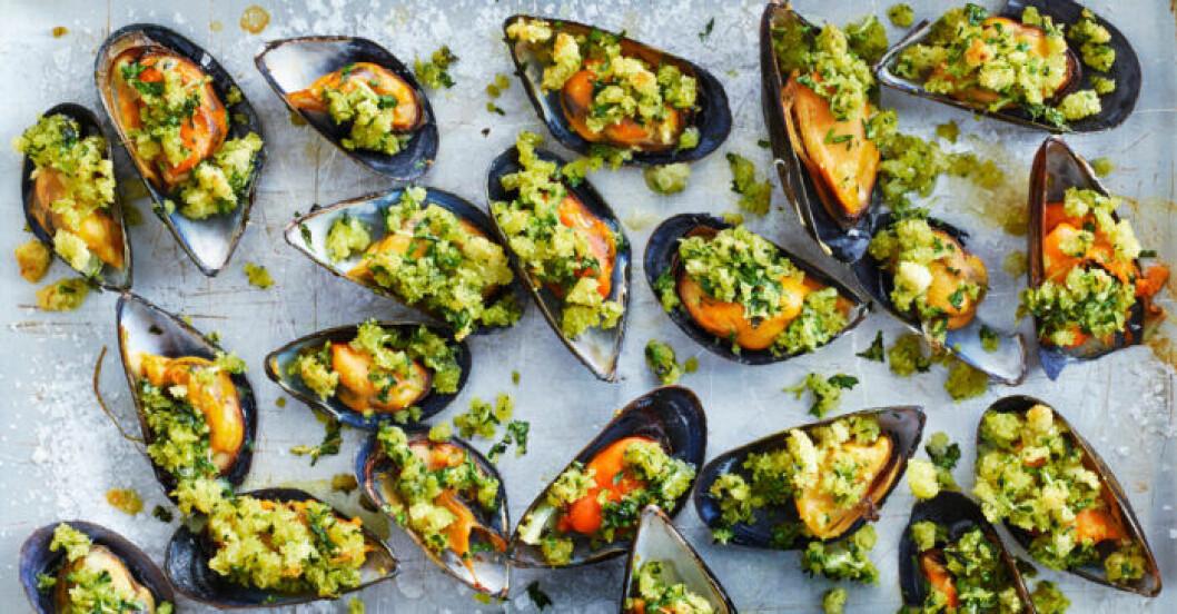 Vinkokta musslor med frasigt örttäcke.