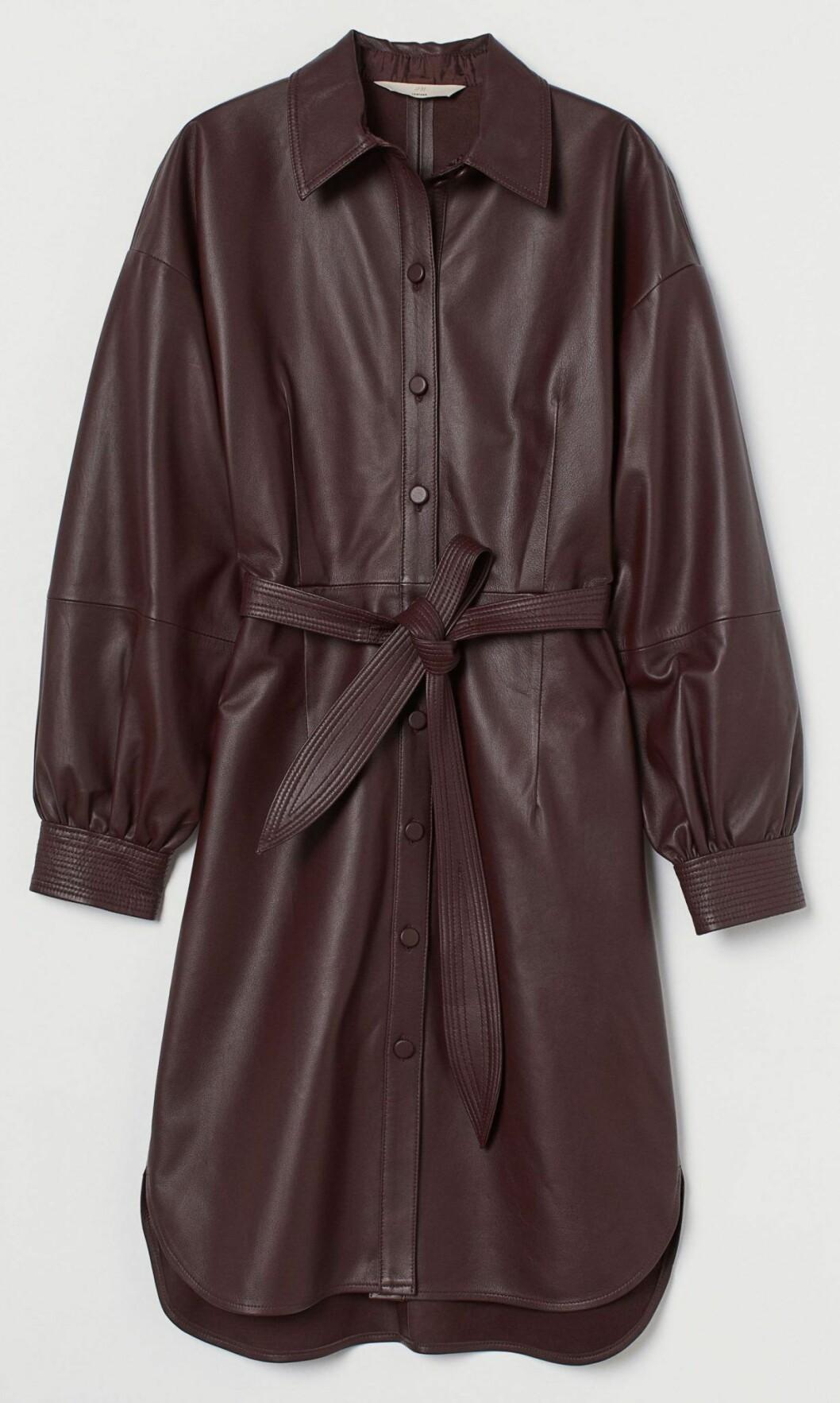 Skjortklänning i skinnimitation från H&M.