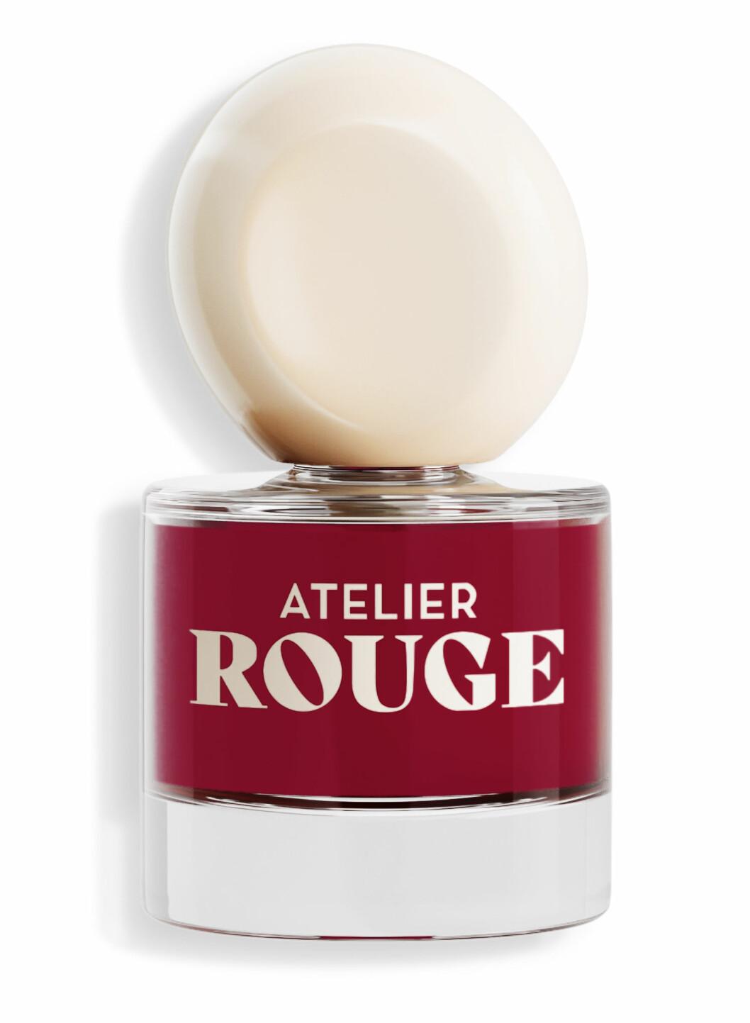 Måla naglarna i en blodröd nyans. Färgen Rebellion från Atelier Rouge ger en perfekt blodröd nyans