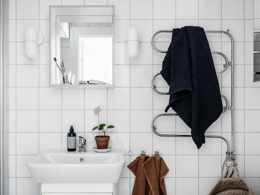 Loppis-kruka med patina i badrummet