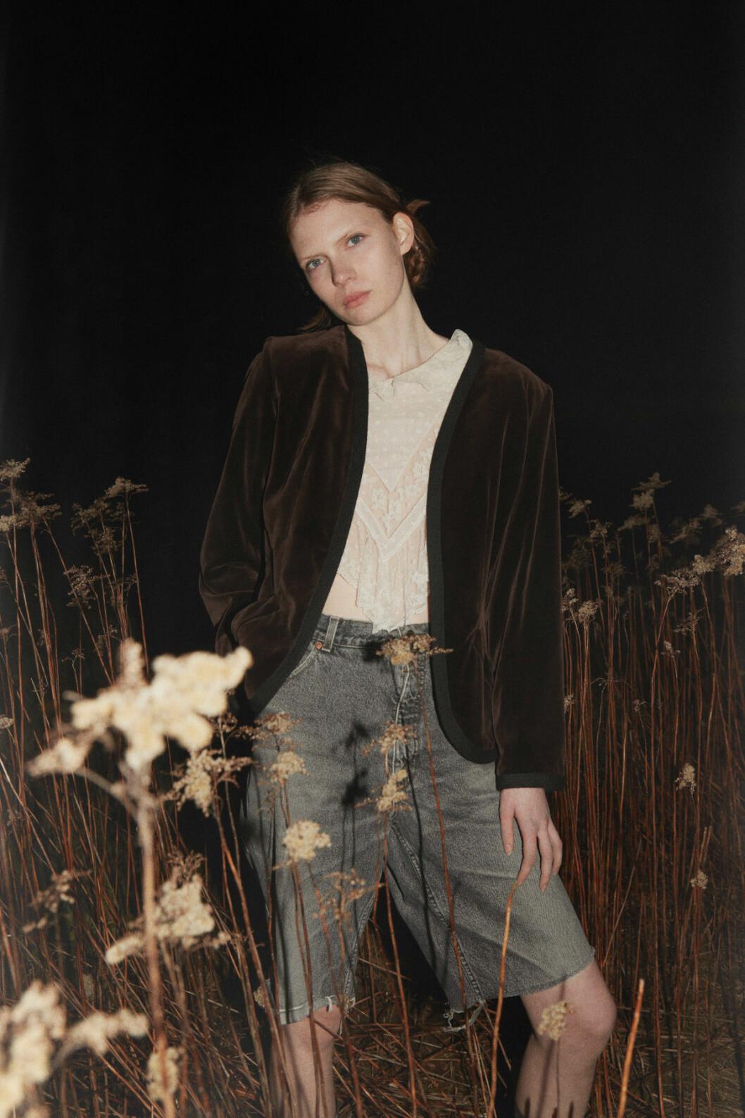 Vintage kläder ELLE 2020 tjej på en äng