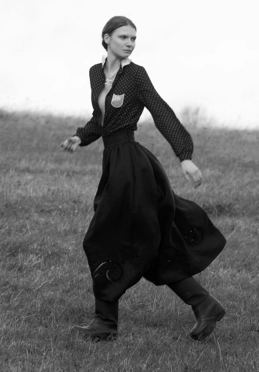 Vintage kläder ELLE 2020 tjej springer i en svart klänning