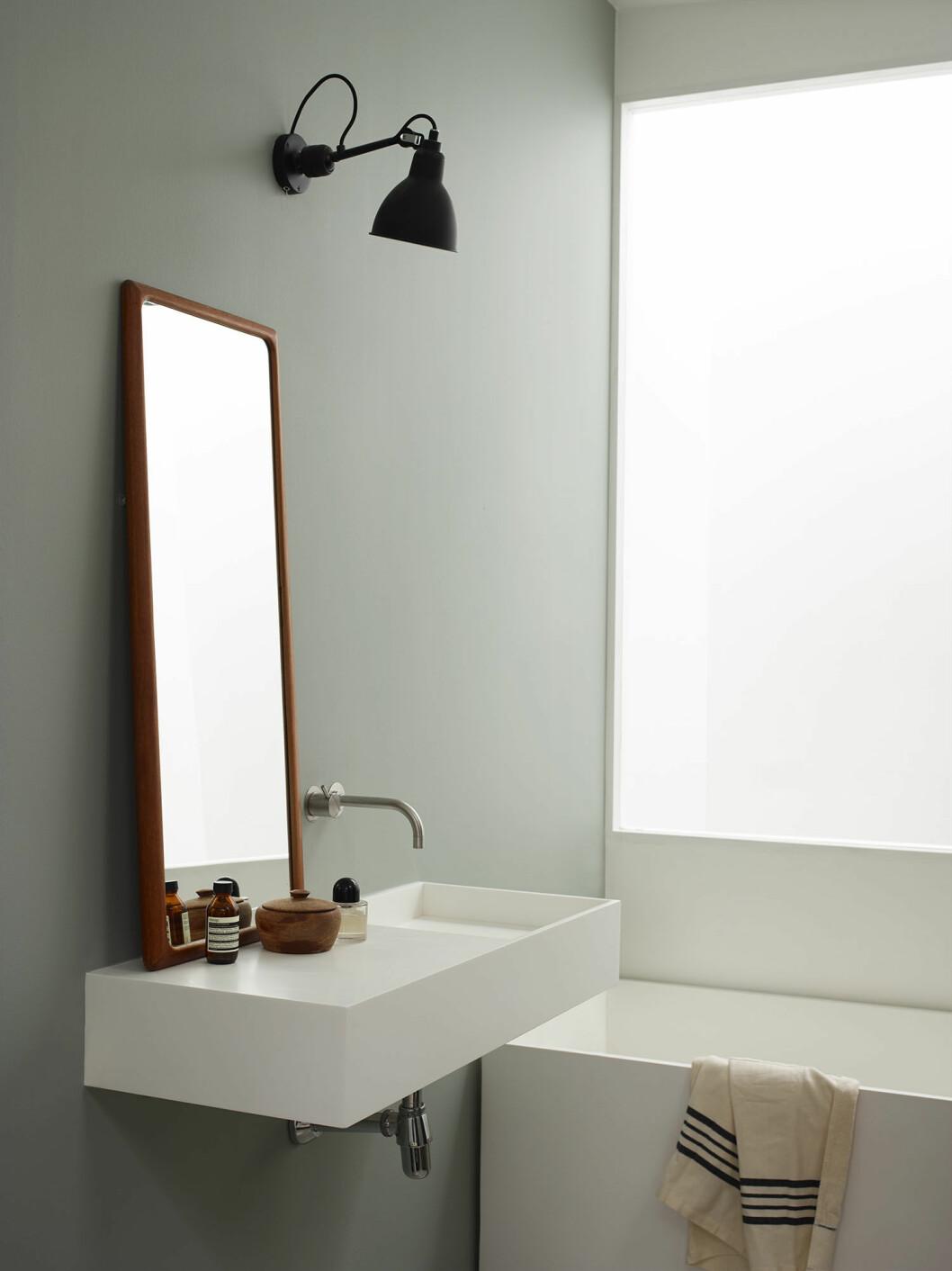 En spegel i trä adderar värme i badrummet