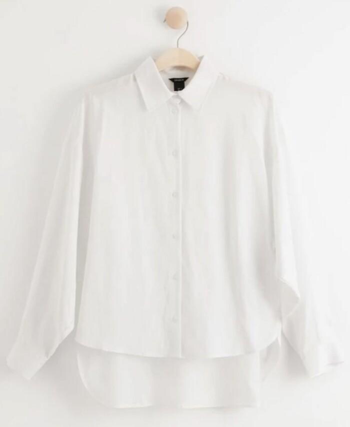 Vit avslappnad skjorta i luftig modell från Lindex.