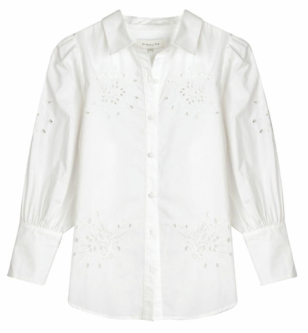 By Malina levererar en skjortblus med voluminösa ärmar och vacker broderi