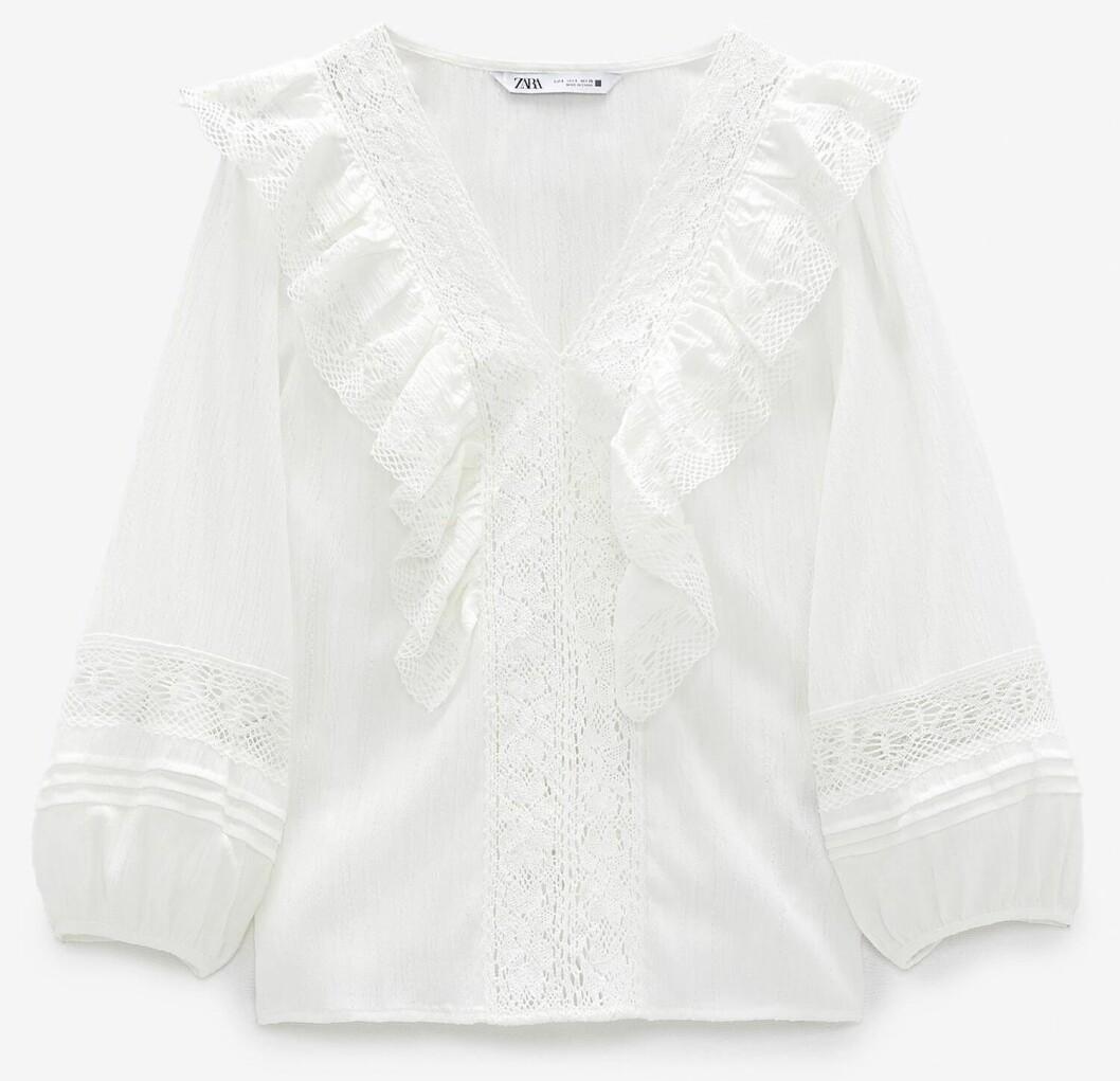 Söt-chock på denna blus från Zara med dekorativa detaljer och volang.