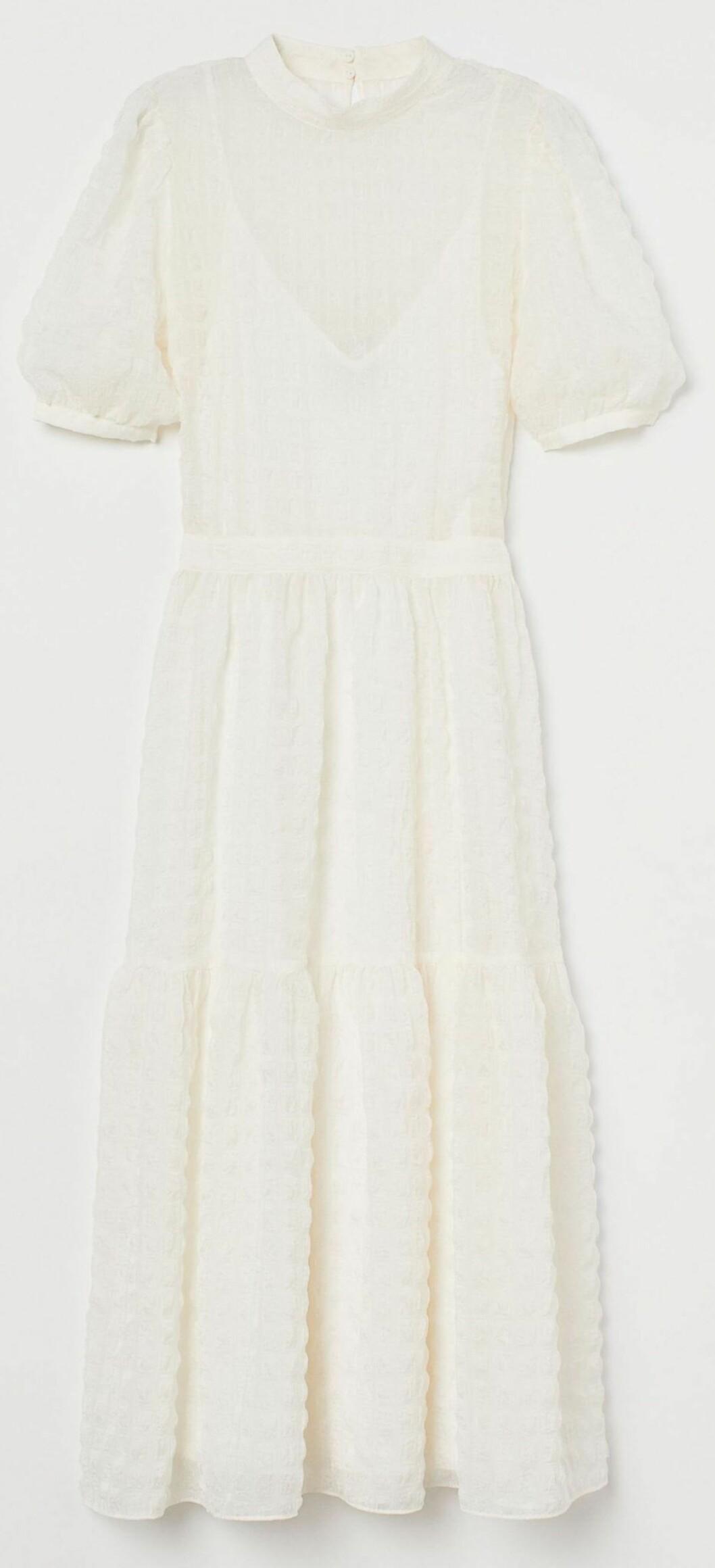 Vacker sommarklänning i vitt med volanger, puffärmar och tillhörande inneklänning från HM.