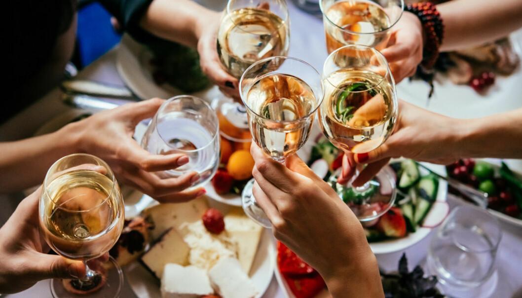 kvinnor dricker alkohol