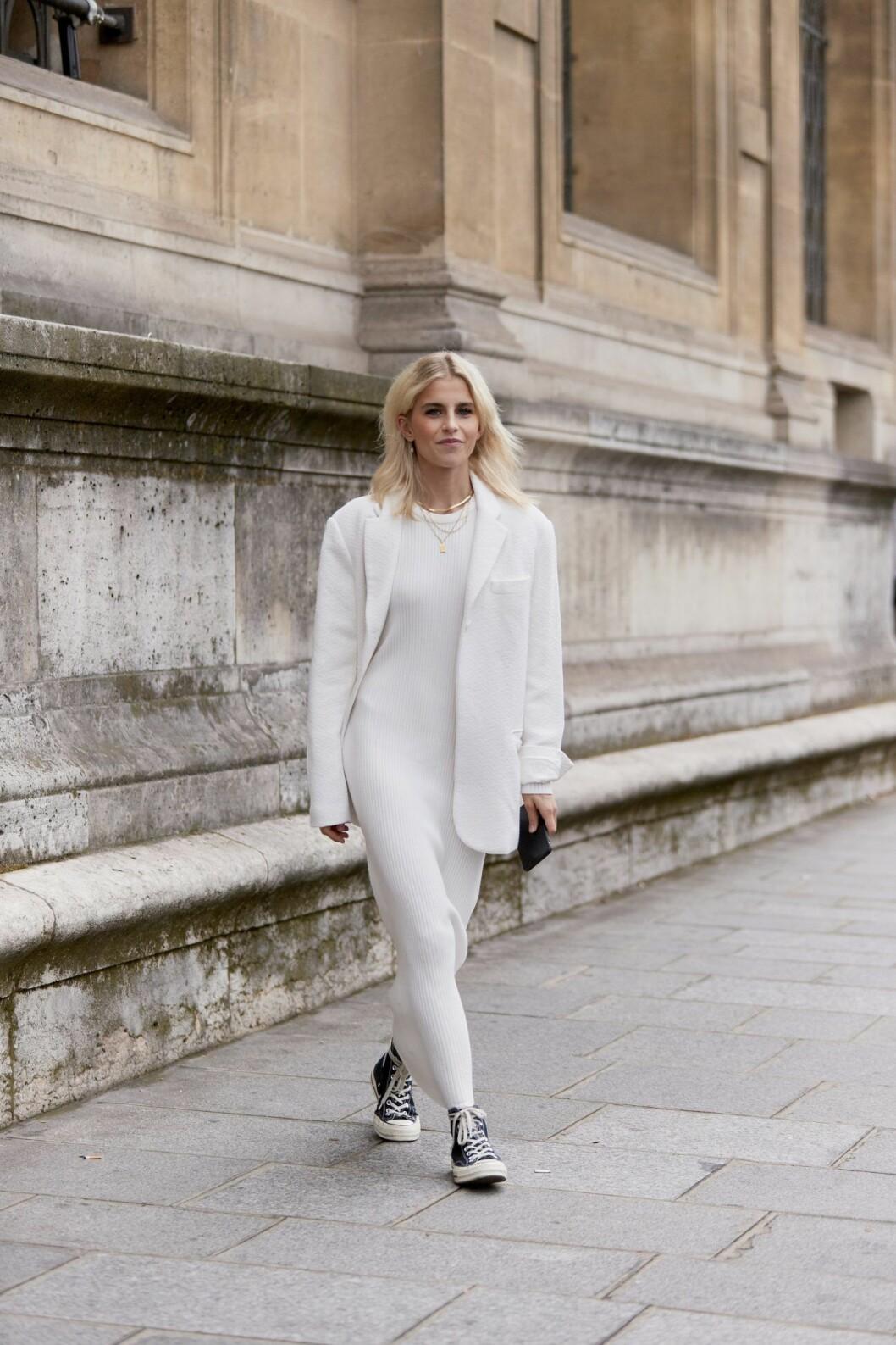 ribbstickad klänning från streetstyle under modeveckan i paris-