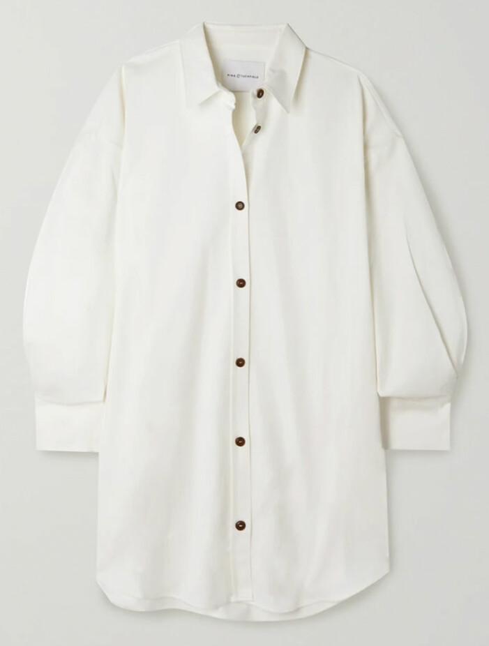 vit skjorta med svarta knappar