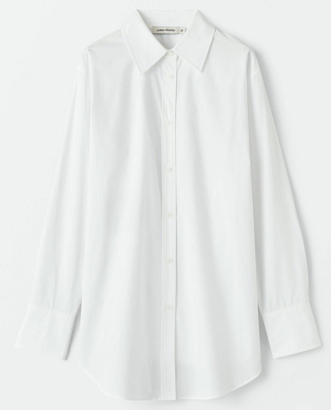 En vit klassiker i oversized modell passar oavsett styling och tillfälle. Denna kommer från Carin Wester.