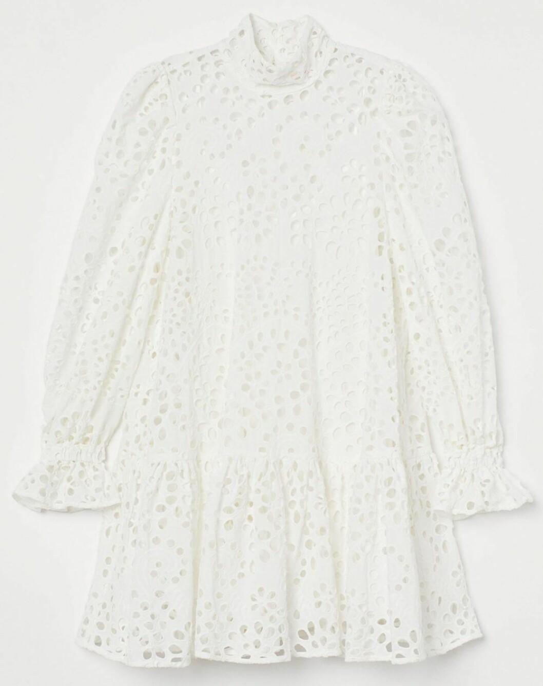 Voluminös klänning i vitt med dekorativa hålbroderier och smickrande volanger från hm.