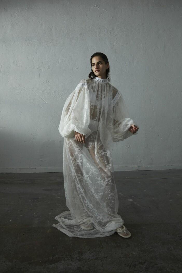 Vit spetsklänning gjord av second hand-material från Abomé