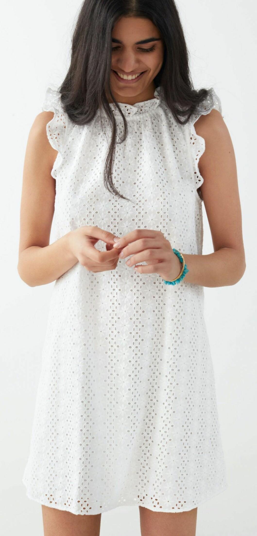 Vit klänning med hålbroderi och sockersöta volangdetaljer från & other stories.