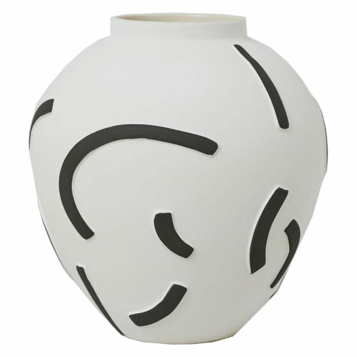 vit och svart målad vas från H&M Home