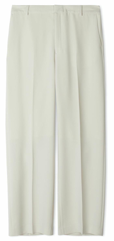 Vita kostymbyxor från Filippa K i avslappnad modell.