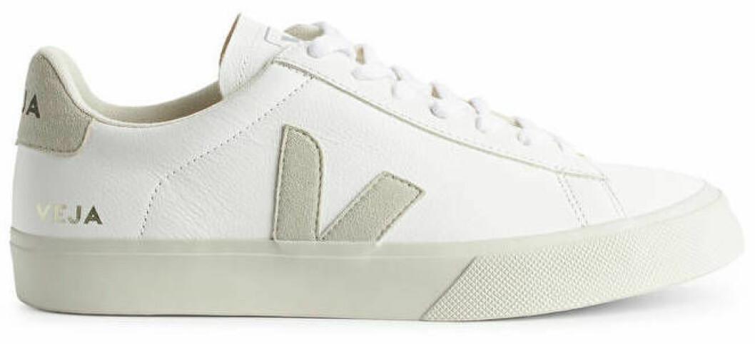 Vita sneakers med detaljer i beige från veja.