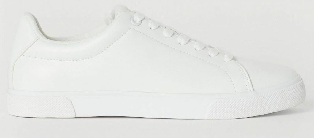 Prisvärda vita sneakers med snörning.