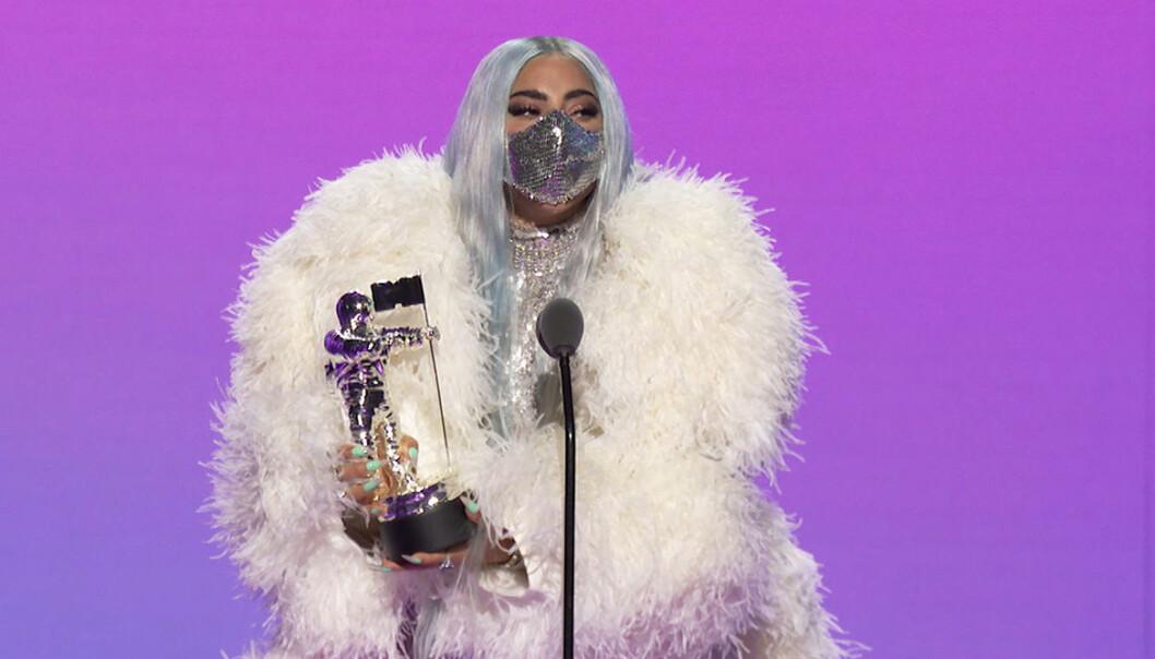 Lady Gaga i vit pälsjacka och munskydd