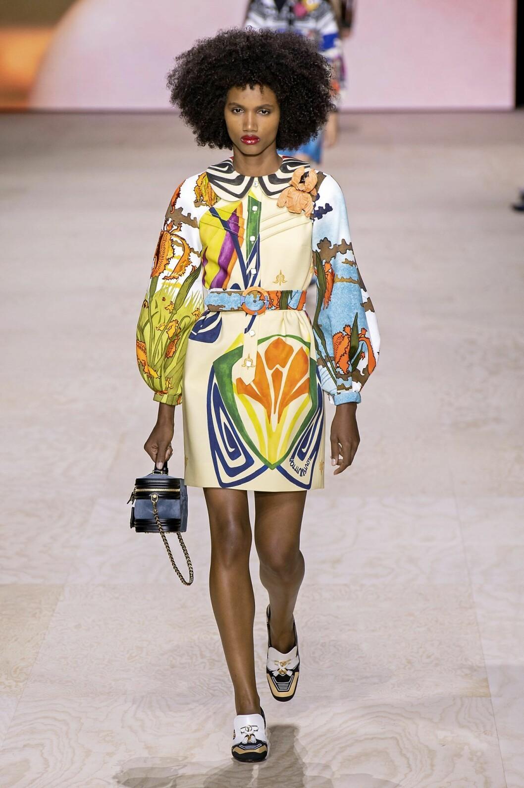 Louis Vuitton klänning i tropiskt mönster för våren 2020