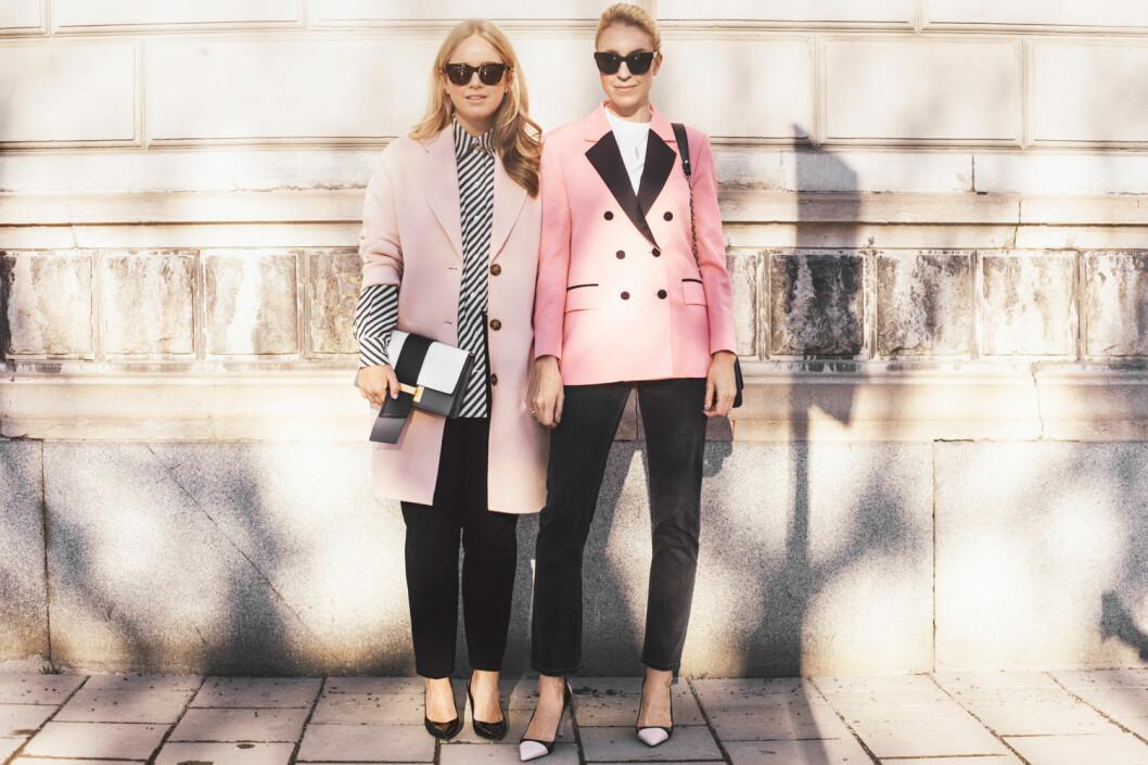 Rosa blazers i mängder när Ebba och Emilia poserar i sina solglasögon från Nividas x Säker Stil