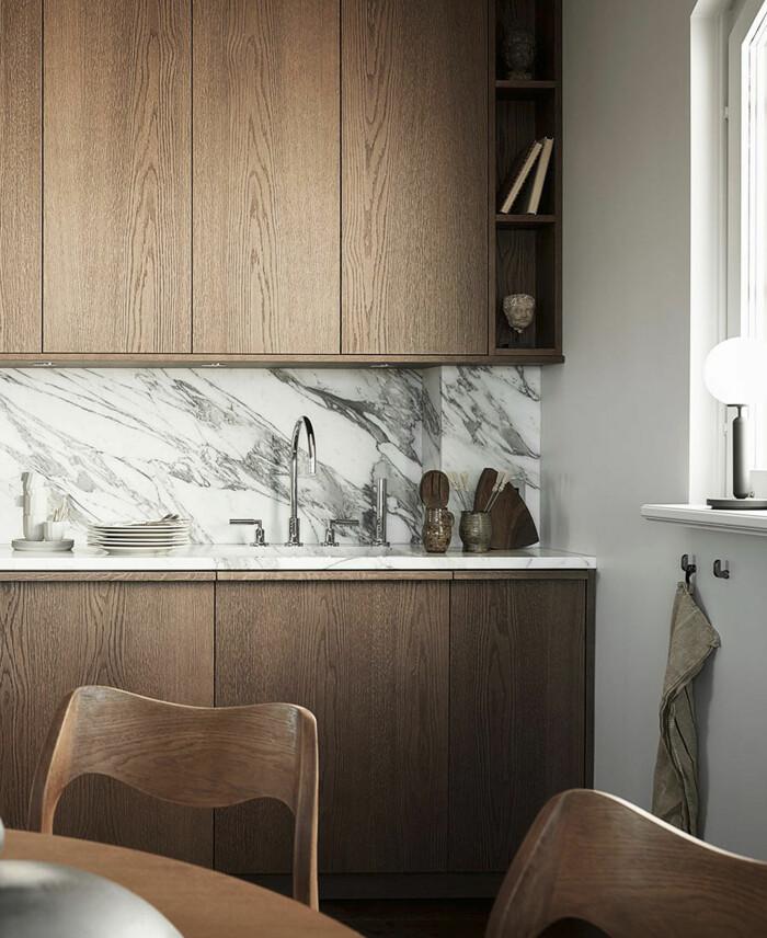 träkök med marmor från nordiska kök