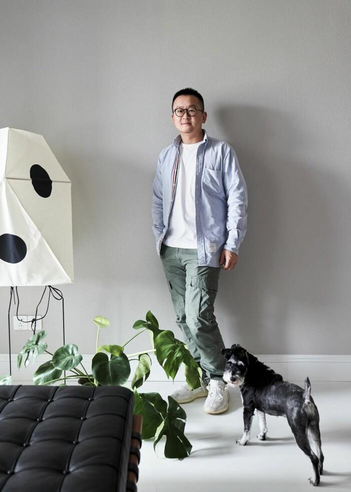 Hemma hos designern Wenbin Lee i Wuhan schnauzer Robin