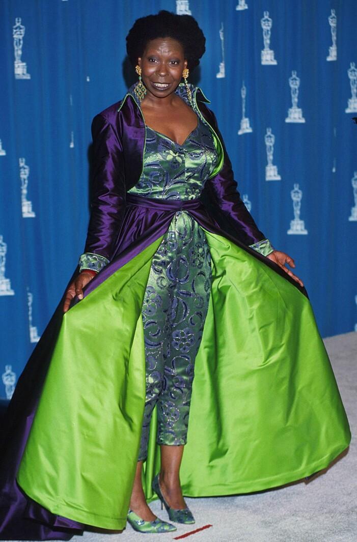 Whoopi Goldberg i grön-lila outfit