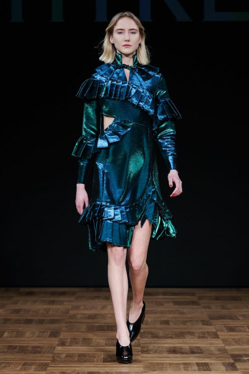 Skimrande klänning i blått och grönt från Whyred AW18.