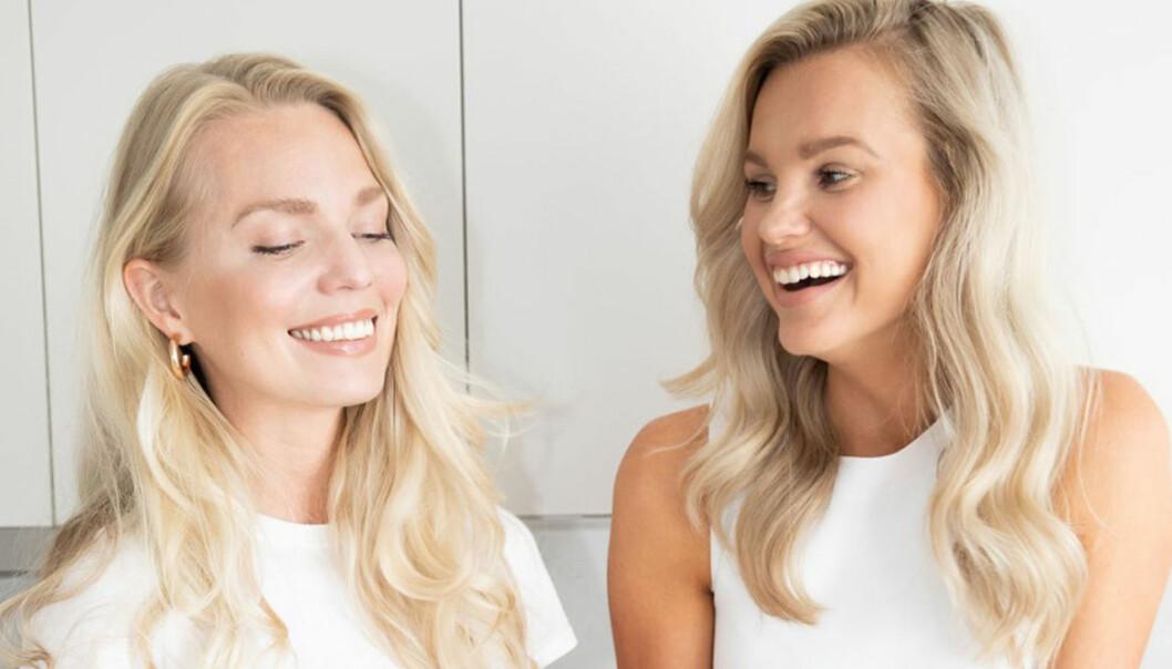 Grundarna bakom Womensync ler och tittar på varandra.