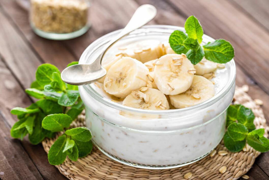 Yoghurt med banan och havregryn. Foto: IBL