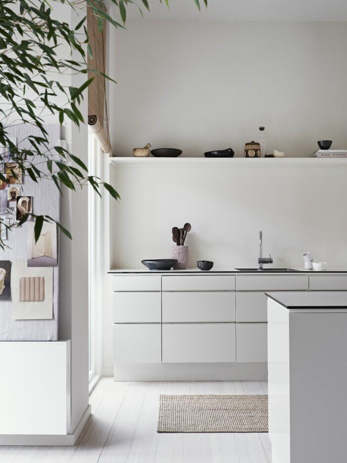 Hemma hos väskdesignern Yvonne Koné i Köpenhamn köket hyllor