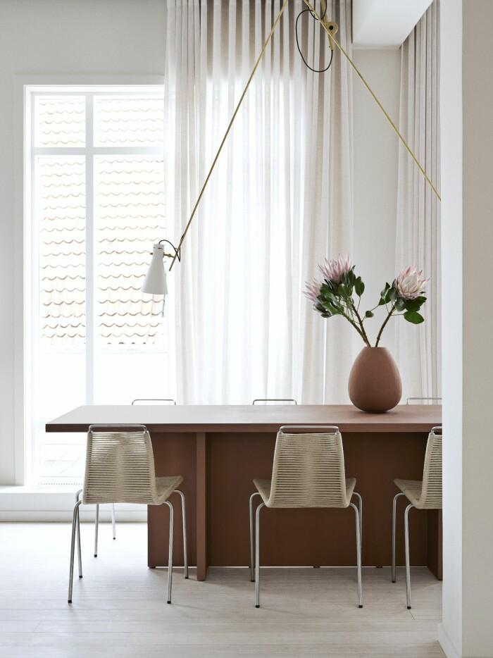 Hemma hos väskdesignern Yvonne Koné i Köpenhamn matbord lampa vas